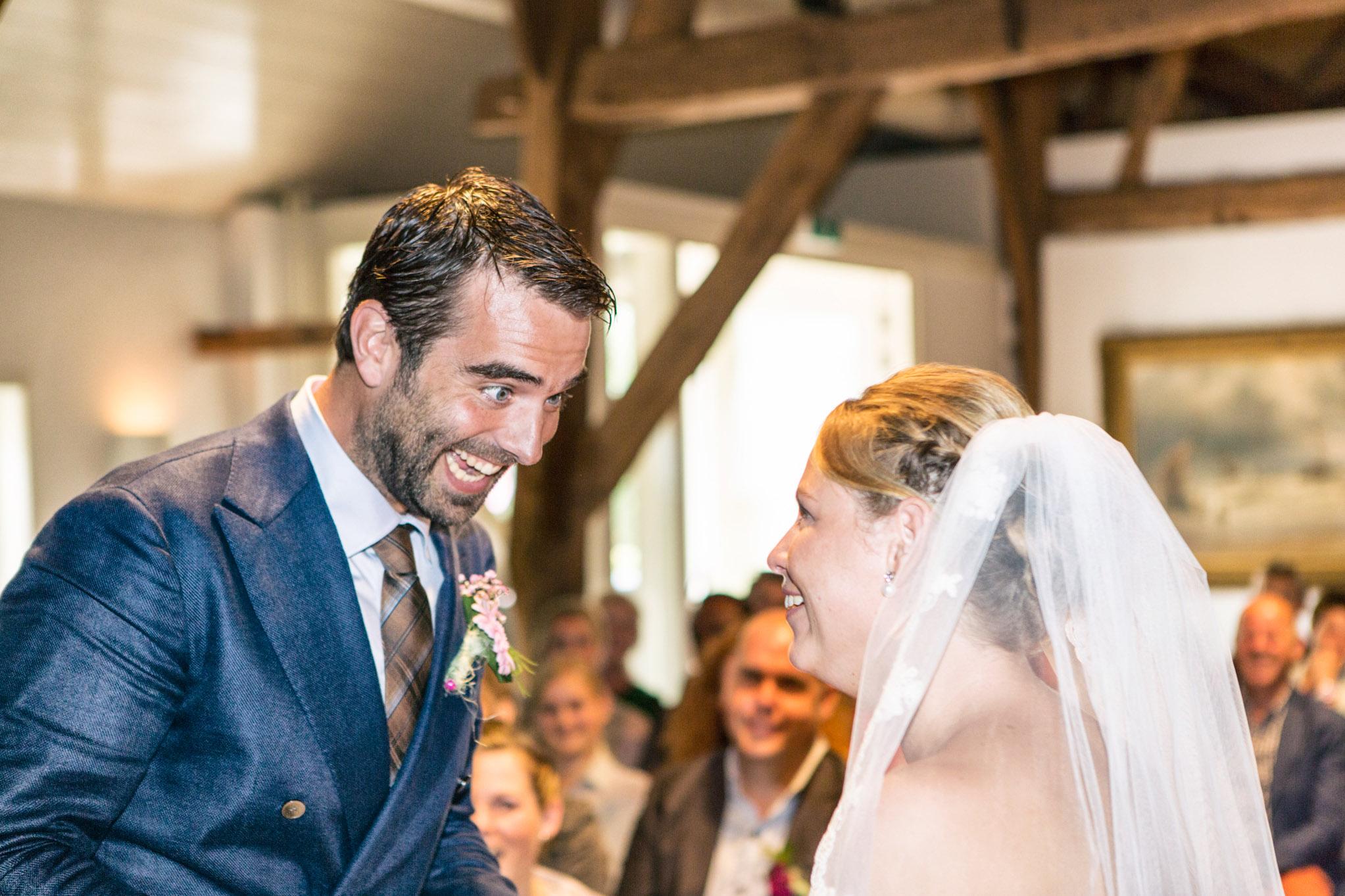 Bruiloft Oirschot, Originele bruidsreportage, Trouwfoto, Charmante bruidegom, Vrolijke trouwfoto