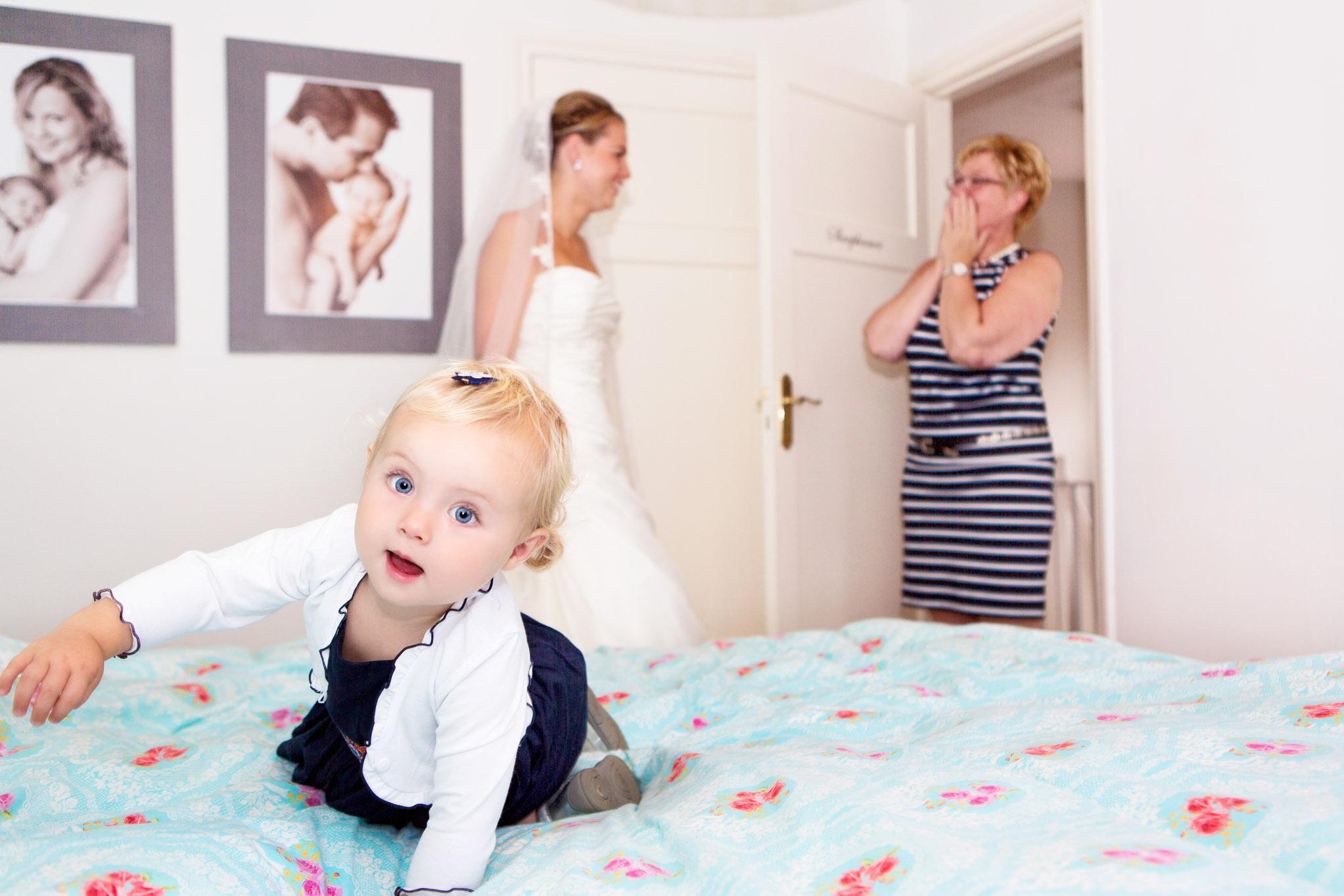 Bruiloft Oirschot,Moderne trouwfotografie, Slaapkamer bruid, Moeder dochter, Bruid, Bruidsmeisje