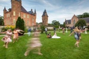 Bruiloft fotograaf, Vrolijke trouwfoto, Dansende gasten
