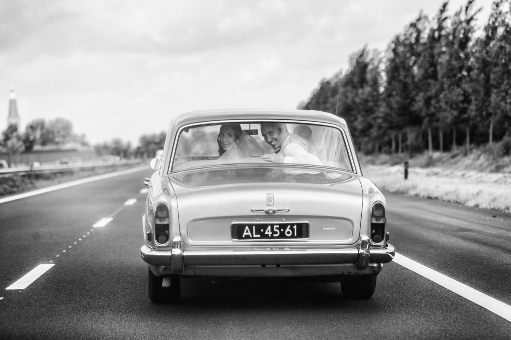 Actiefoto van een trouwauto genomen op de snelweg