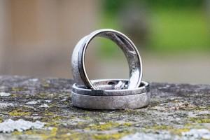 Sfeervolle trouwfoto van de ringen.