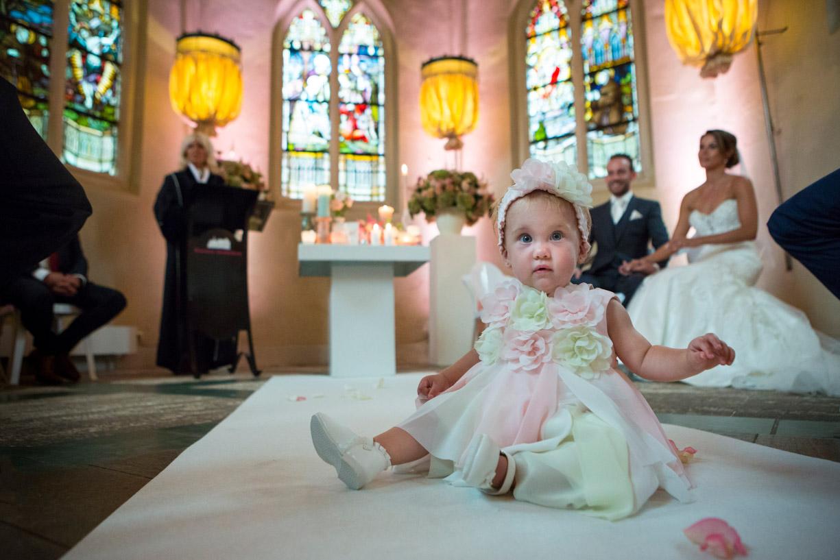 Klooster Bethlehem, Haaren, Trouwlocatie, Foto bruidsmeisje, Bruidsfotograaf, Prachtige trouwfoto, Ceremonie, Pure fotografie