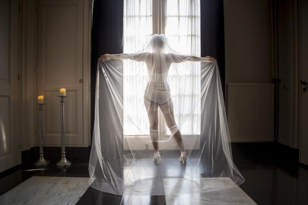 Bruidsfotograaf. Stijlvolle bruidsfoto gemaakt tijdens een trouwreportage in de provincie Limburg.