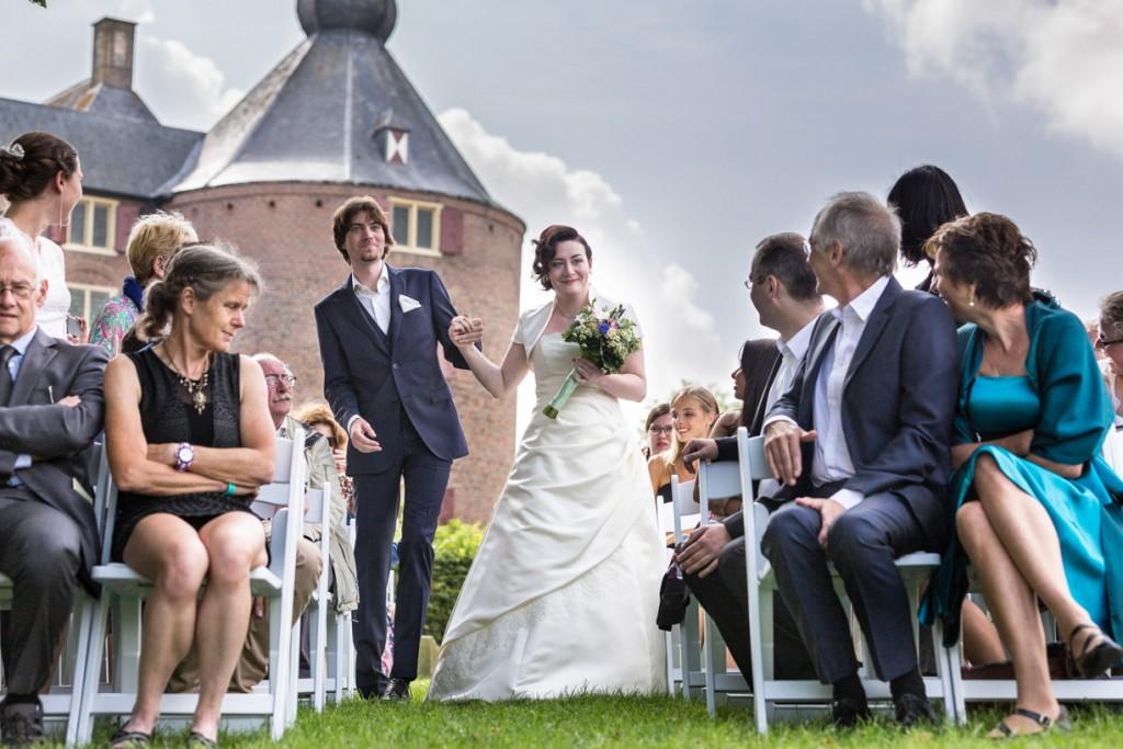 Trouwfoto van de ceremonie op kasteel Ammersoyen.
