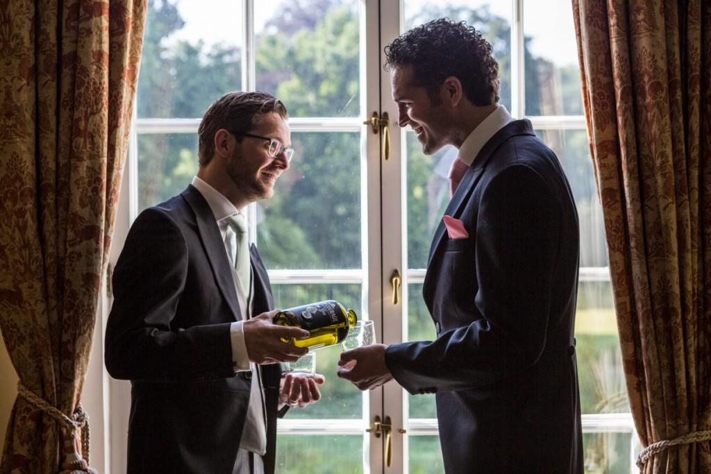 bruiloft-fotograaf-kasteel-maurick-trouwreportage-vught-interieur-mannen-foto-bruiloft
