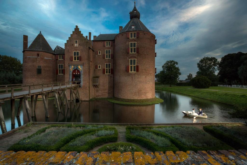 Sprookjesachtige bruidsreportage gemaakt op kasteel Ammersoyen.