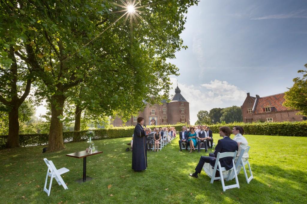 kasteel-ammersoyen-trouwfoto-ceremonie-buiten-trouwfotograaf-ammerzoden-den-bosch