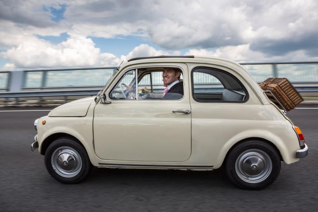 spontane-foto-fiat-snelweg-bruiloft-bruidsauto-trouwfoto-fotoreportage