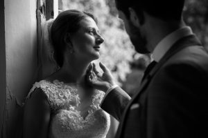 Bruidsfoto Kasteel Sterkenburg in zwart wit.