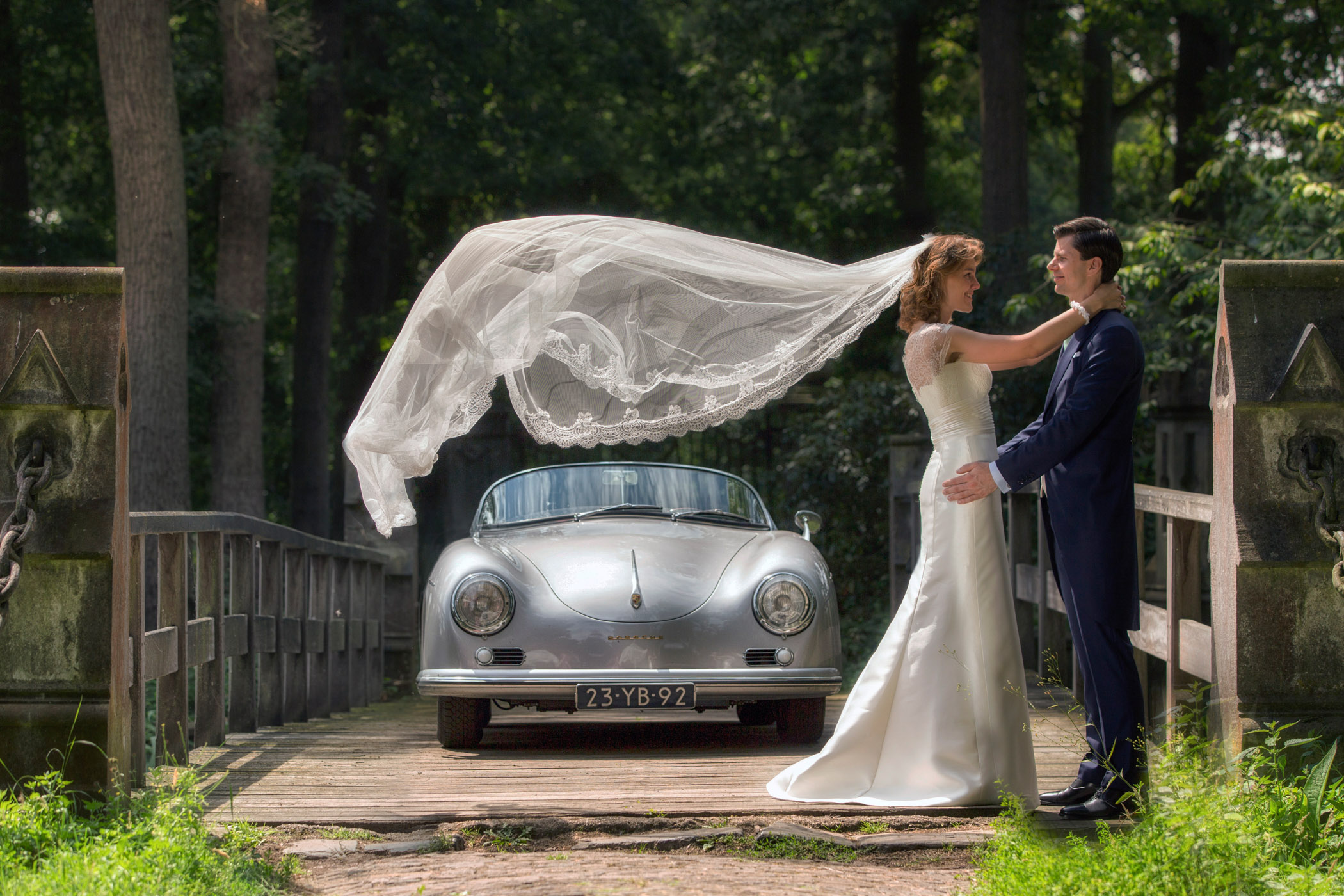 Bruidsfoto met bewegende sluier.