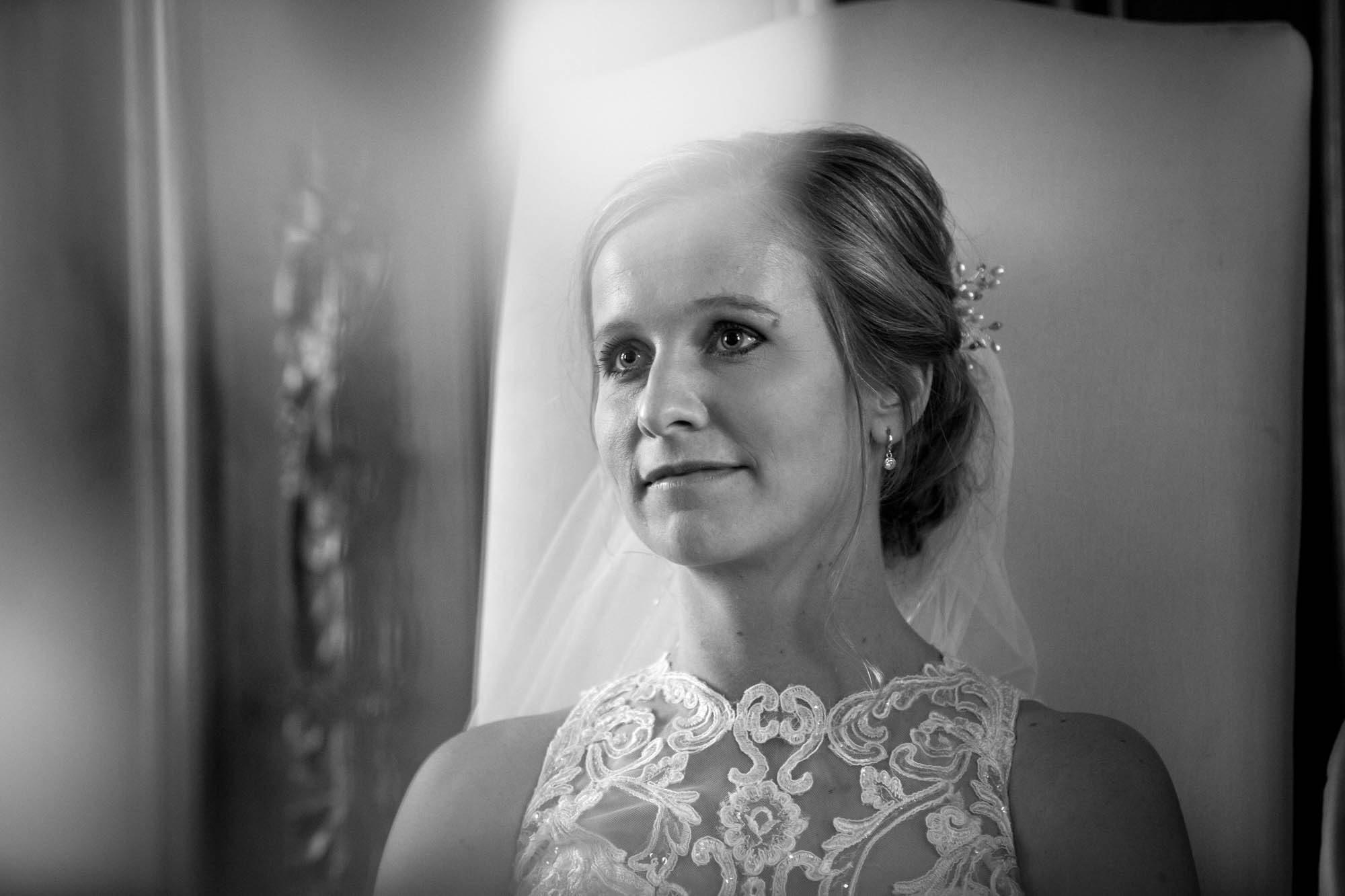 Bruid tijdens ceremonie op Henkenshage.