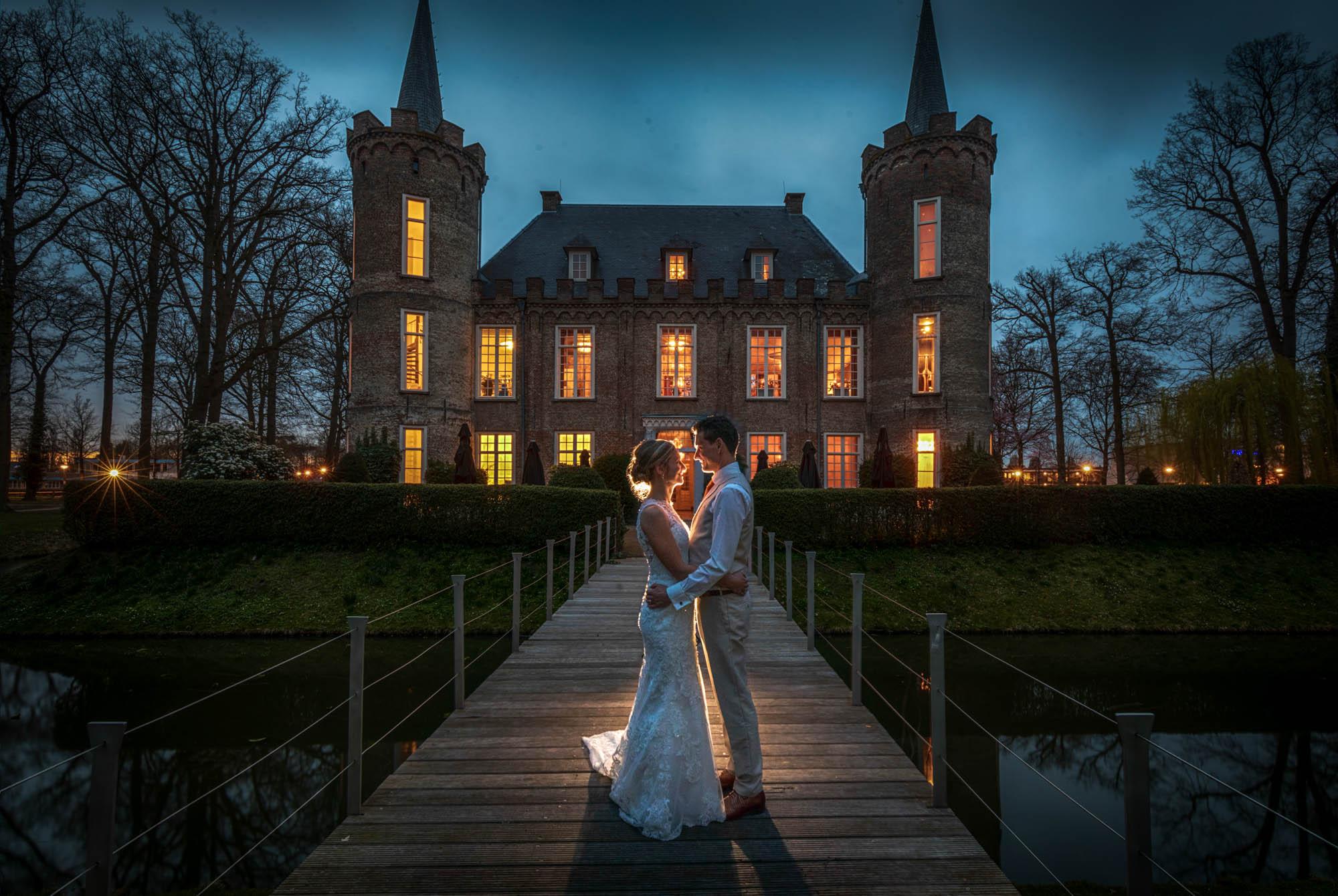 Avondfoto bruidspaar op Kasteel Henkenshage.