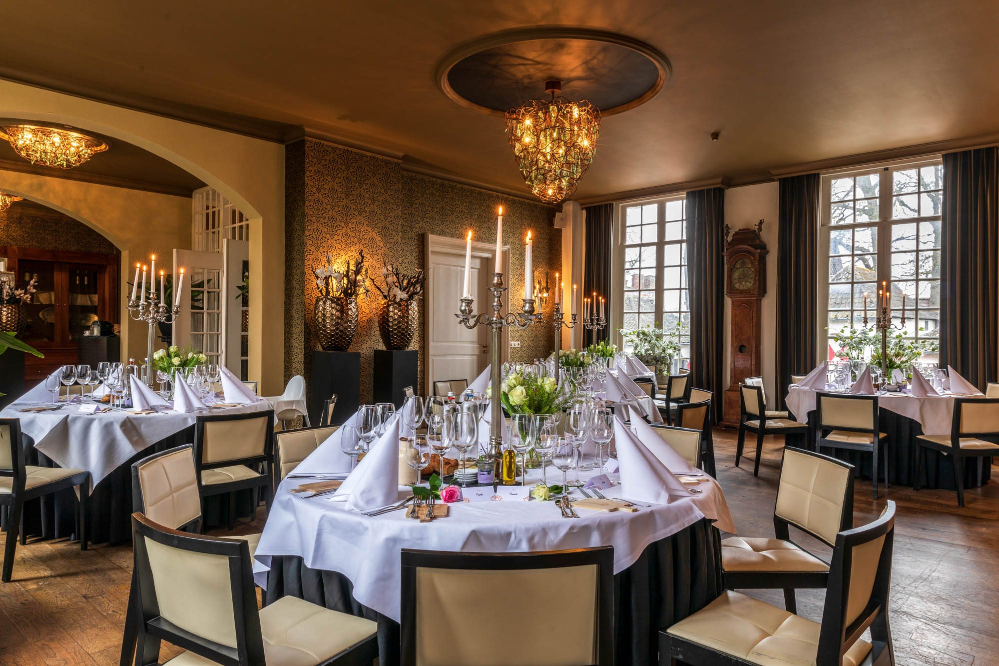 Sfeervolle eetzaal van Kasteel Henkenshage.