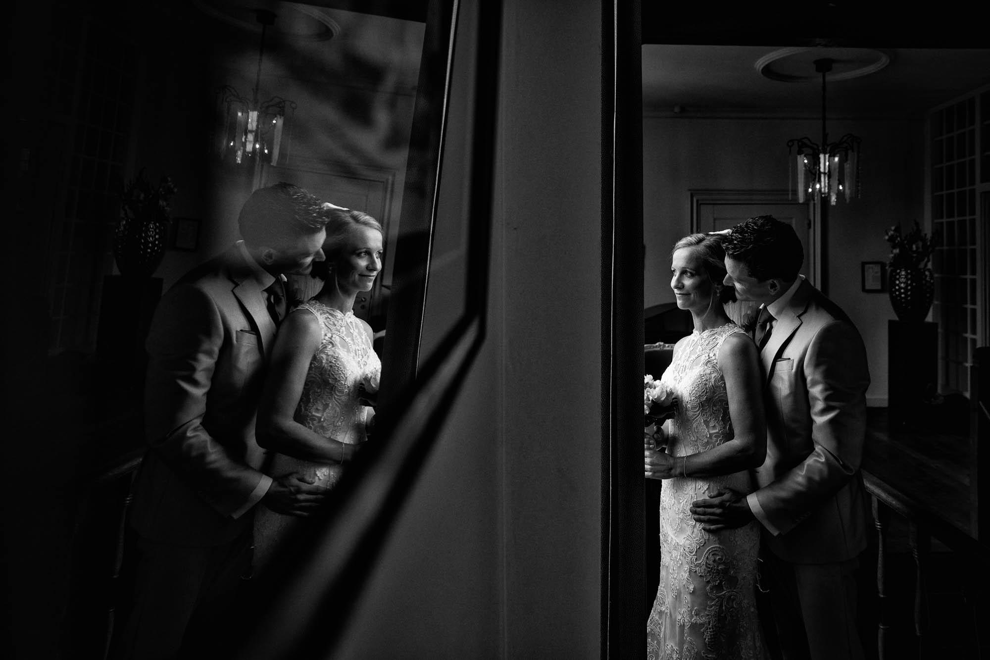 Zwart wit portret bruidspaar in Kasteel Sint Oedenrode.