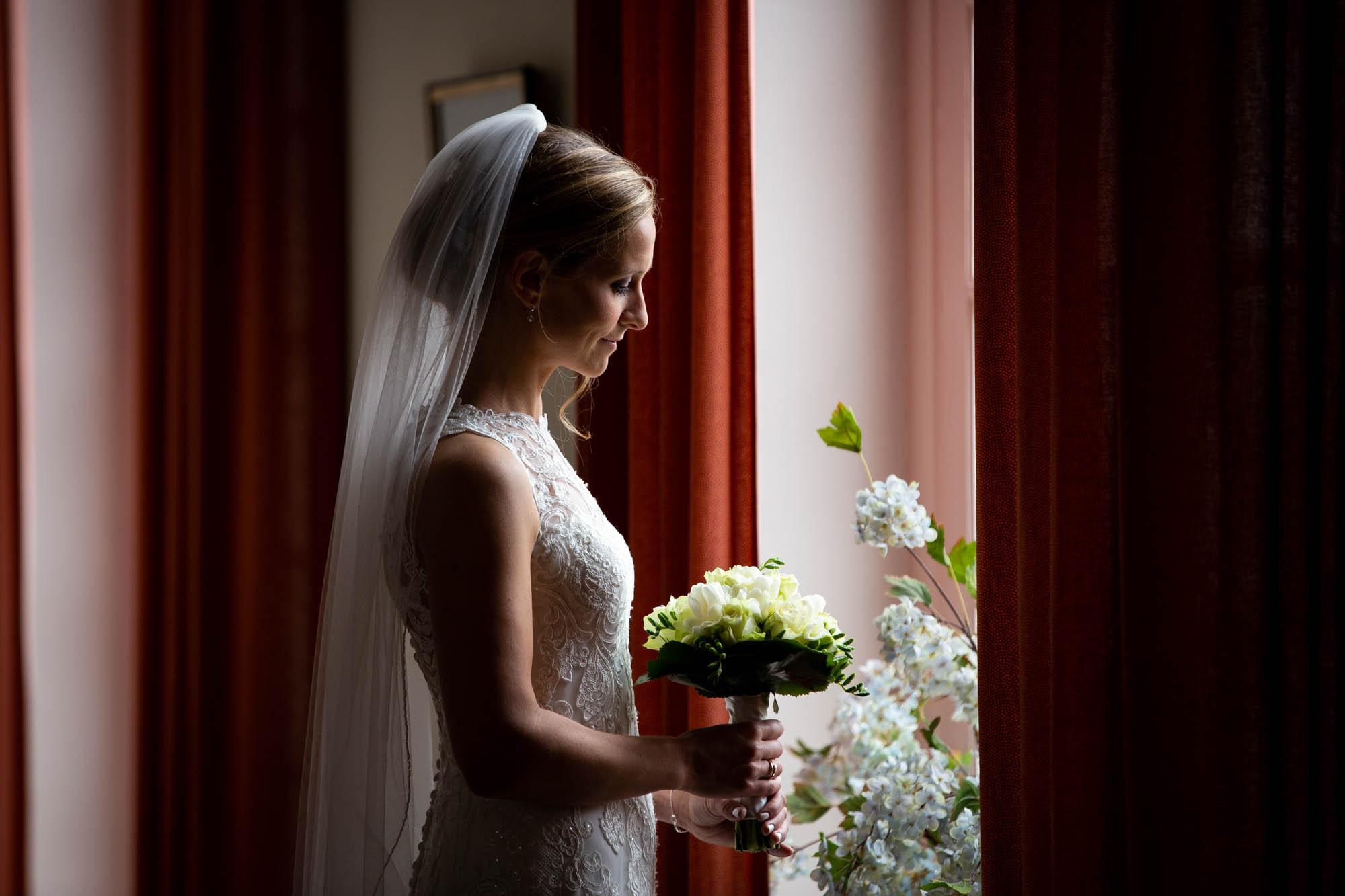 Portret bruid met klassieke rembrand belichting op kasteel Henkenshage.