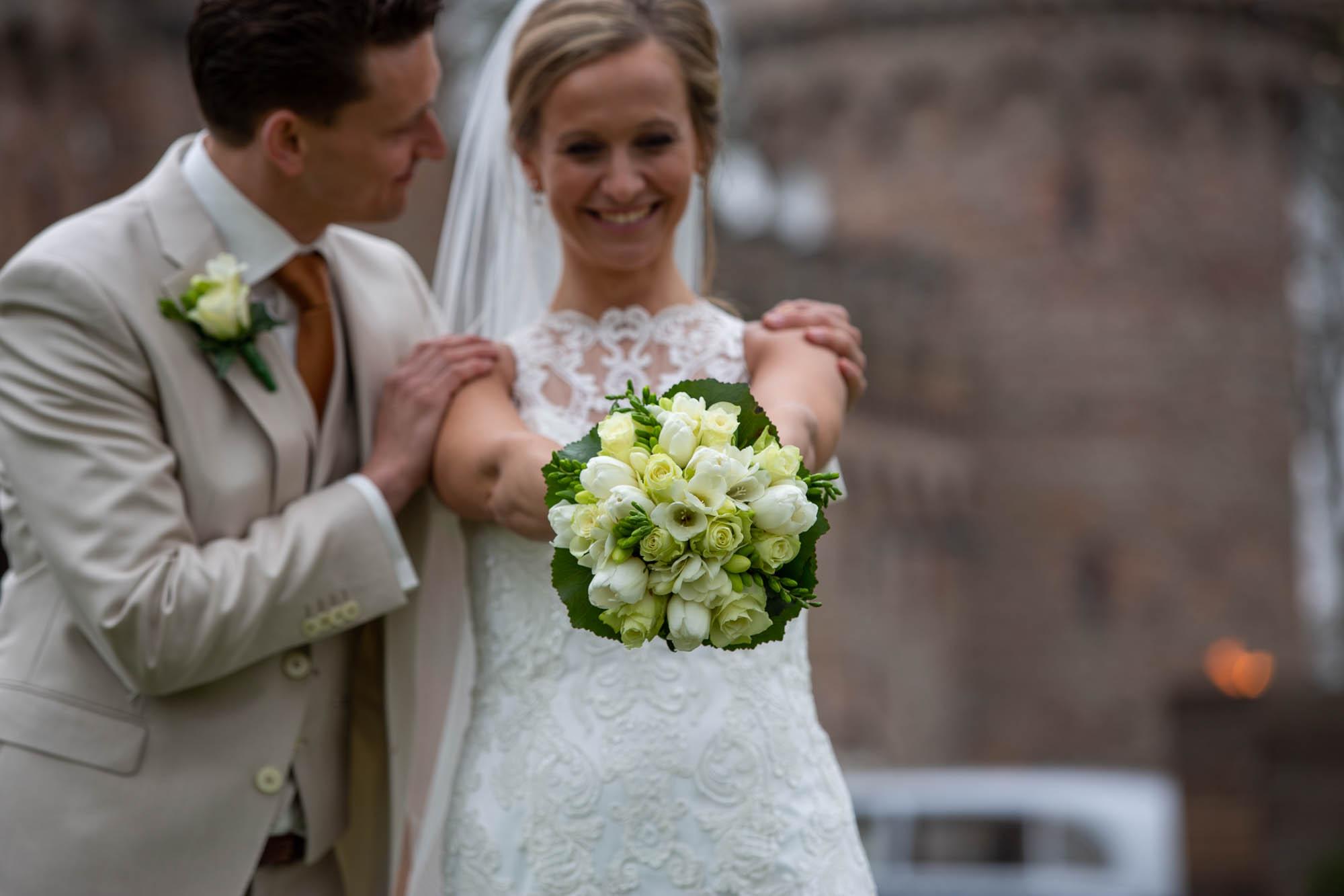 Bruid met prachtig trouwboeket.