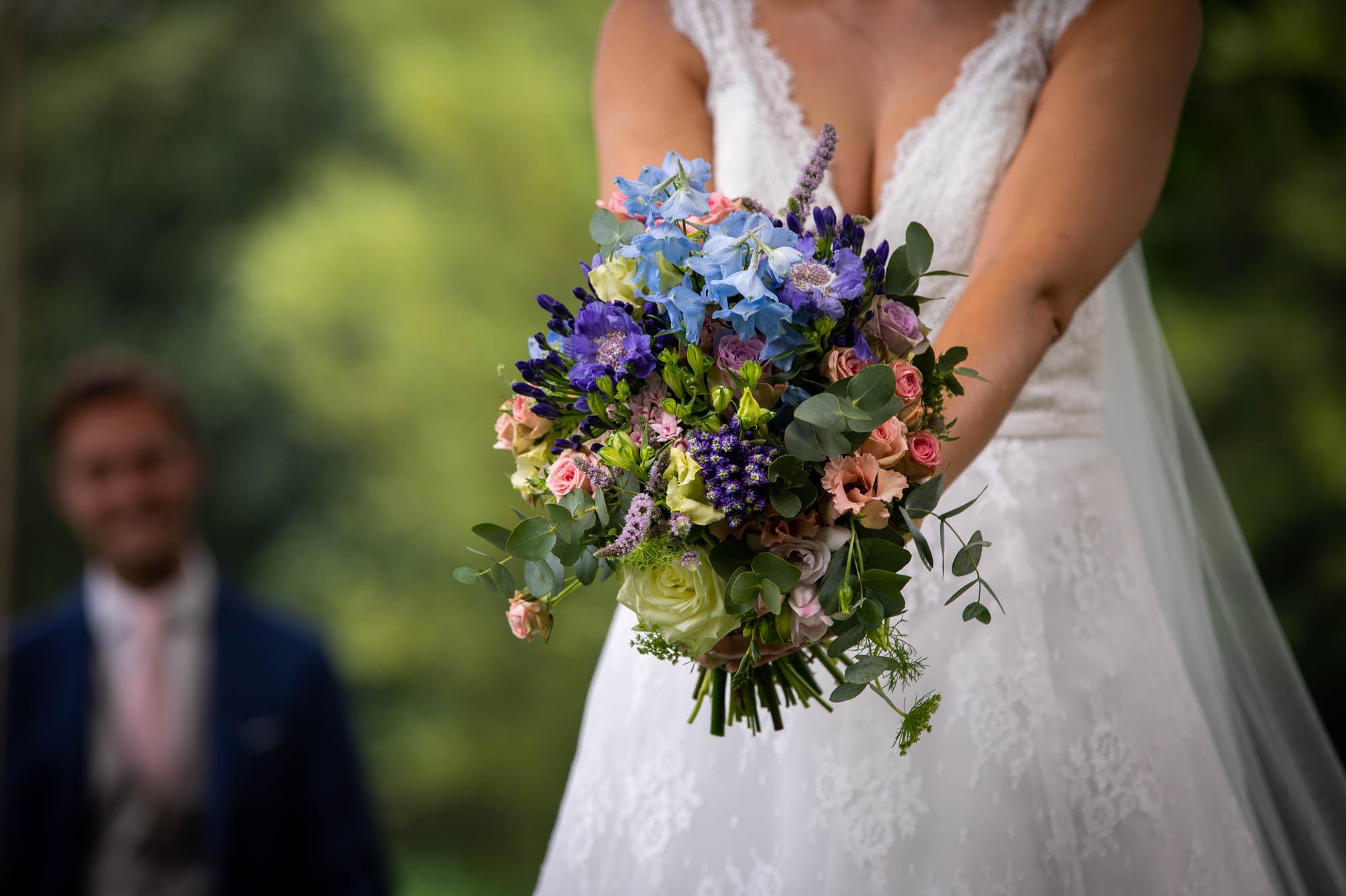 Speelse trouwfoto van het bruidsboeket.