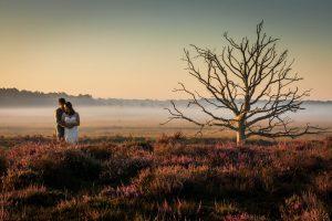 Loveshoot bruidspaar in de natuur.