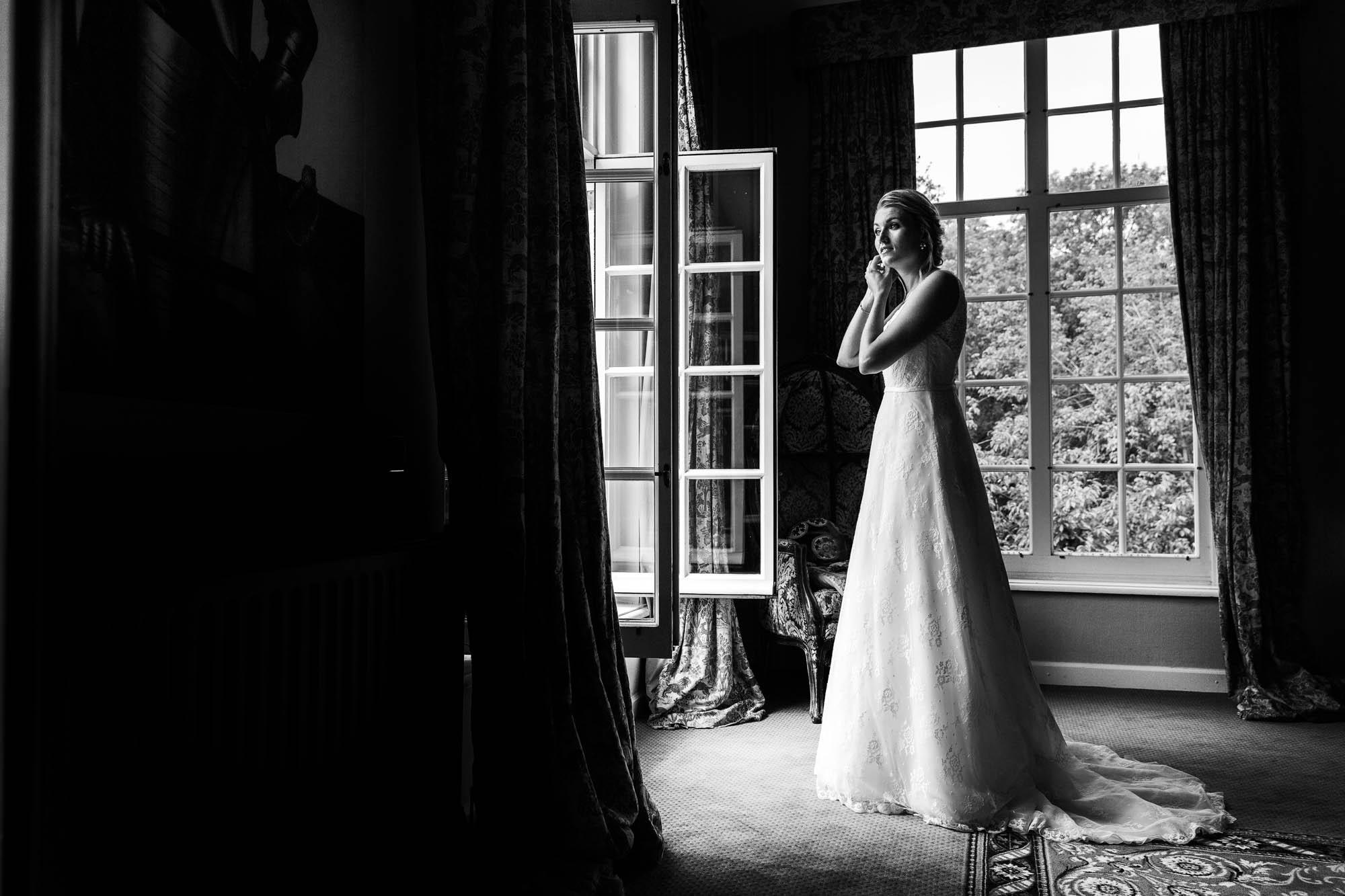 Stijlvolle bruidsfoto en een klassieke trouwlocatie.