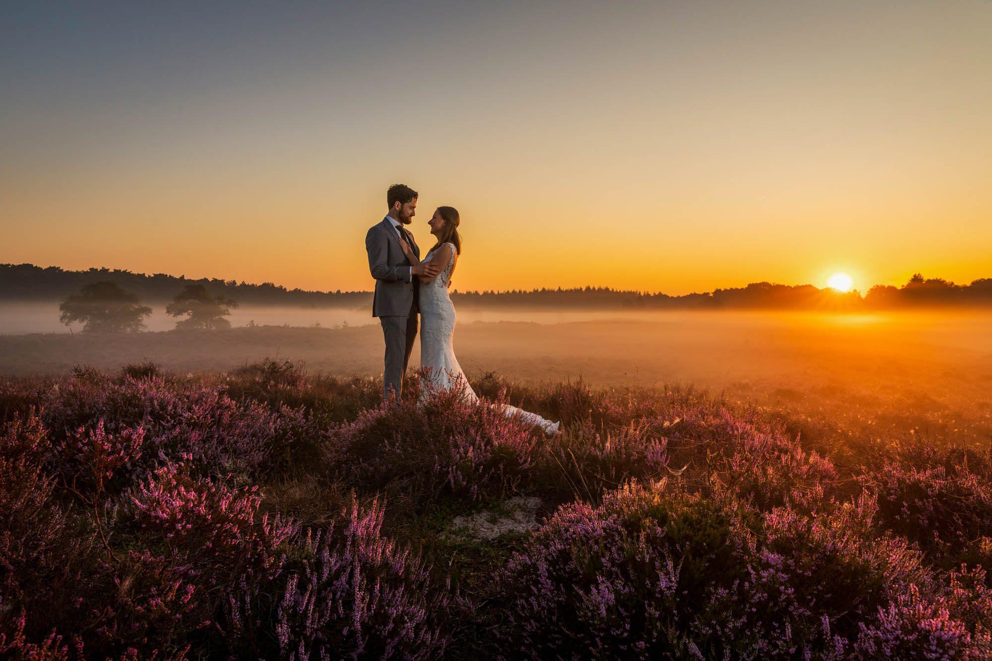 Buitengewone trouwfoto in de natuur.