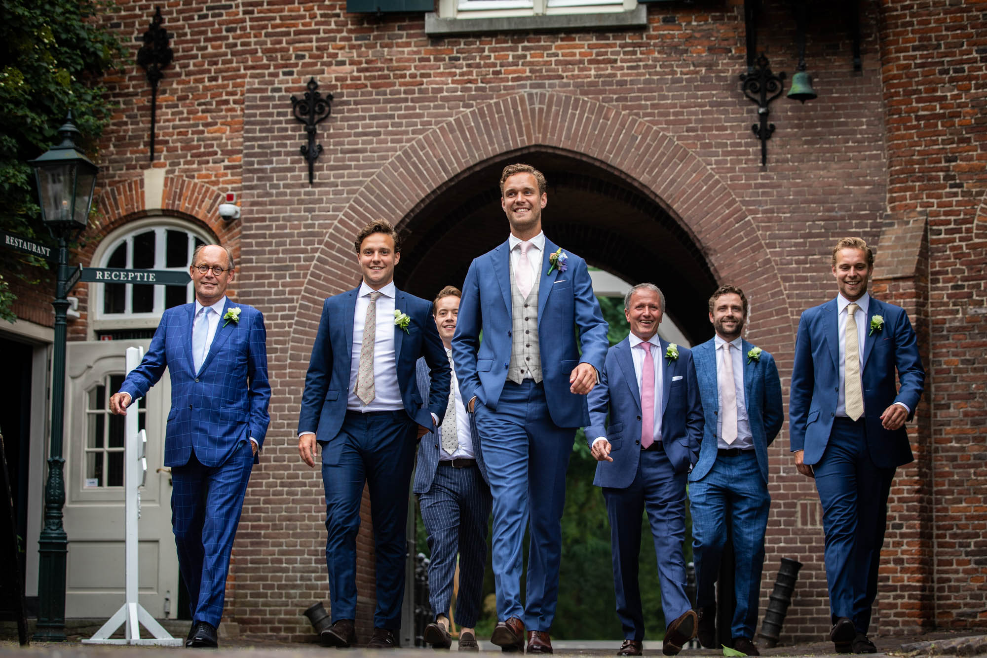 Stijlvolle trouwfoto met mannen in pak.