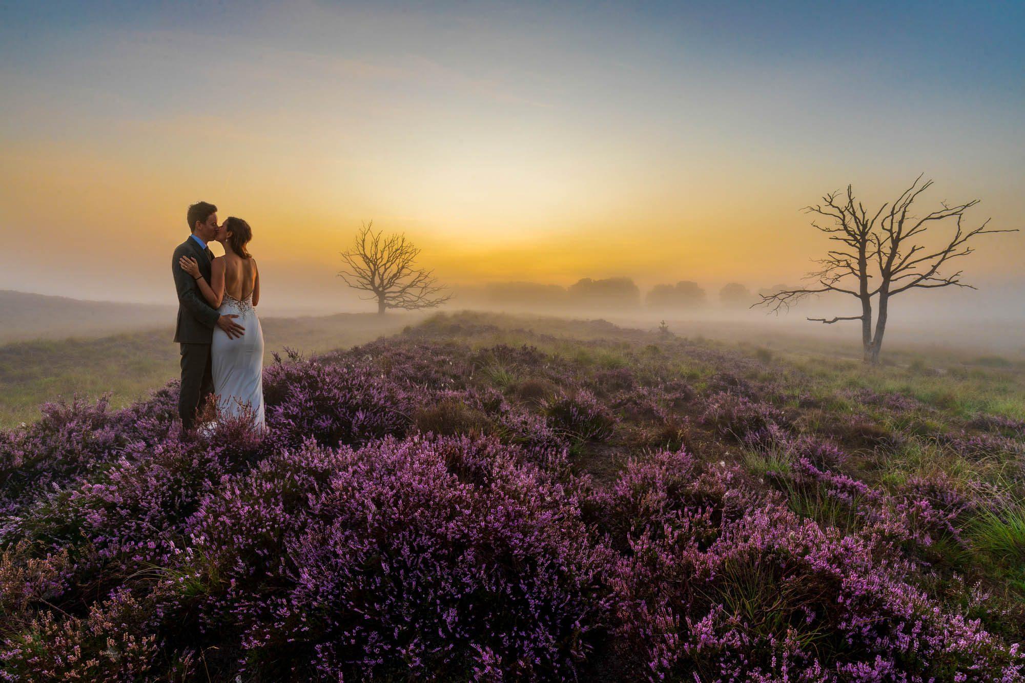 Sprookjesachtige trouwfoto gemaakt tijdens de fotoshoot in de natuur.